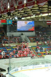 De tekst van het volkslied wordt op het wedstrijdscherm geprojecteerd.